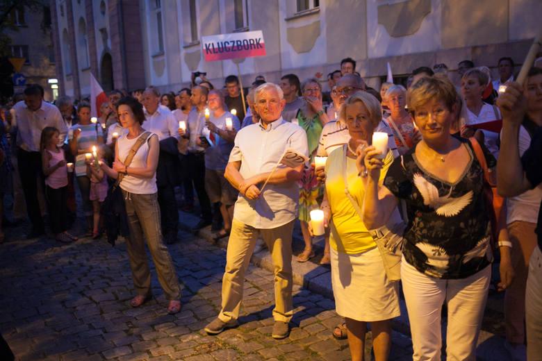 7. dzień protestów. Znów ze świecami w rękach, znów z biało-czerwonymi i unijnymi flagami przyszli wczoraj pod sąd mieszkańcy Opolszczyzny.