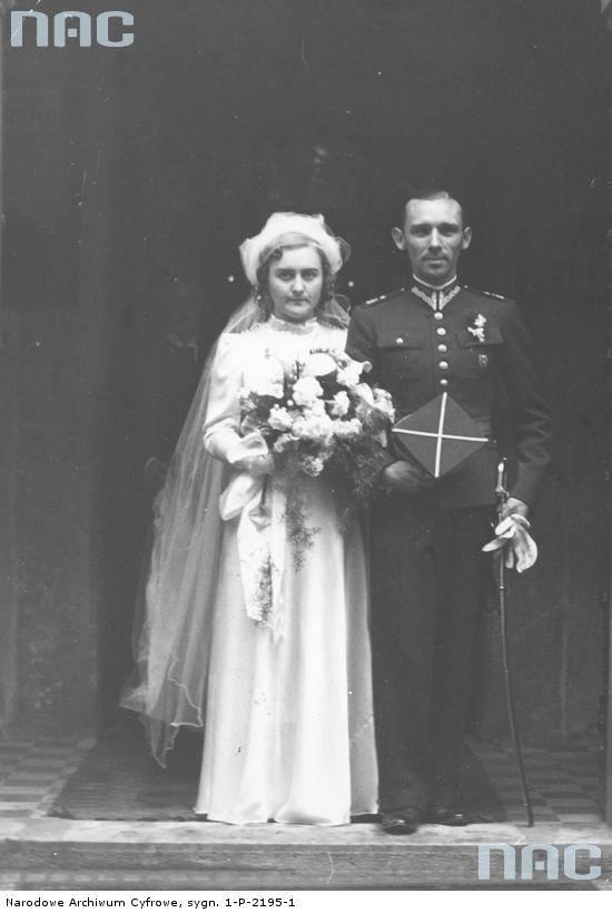 Państwo młodzi w drzwiach kościoła oo. Kapucynów po ceremonii zaślubin. Pan młody ubrany jest w mundur oficera 8 Pułku Ułanów.