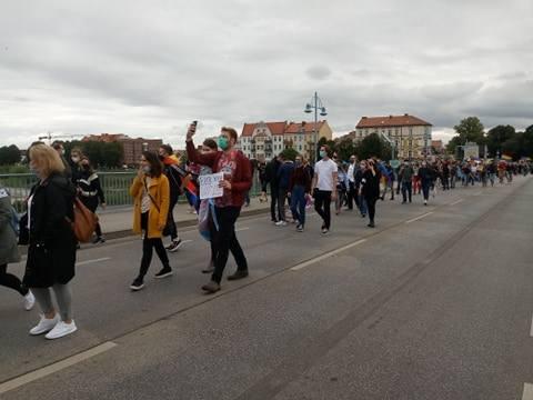 Uczestnicy Marszu Równości na moście w Słubicach.