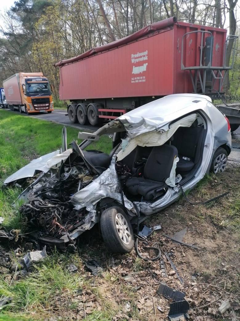 Na trasie z Grodziska Wielkopolskiego w kierunku Kamieńca, na wysokości miejscowość Ujazd, samochód osobowy zderzył się czołowo z ciągnikiem rolnicz