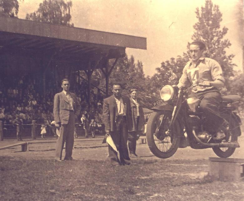 Motocyklowe zawody na Stadionie Zwierzynieckim w latach 40. Fot. ze zbiorów Zbigniewa Karlikowskiego.  <br />
