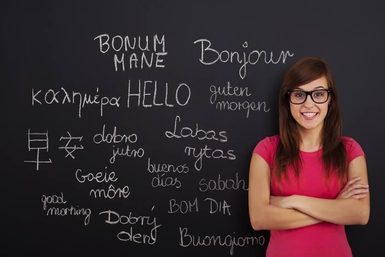 UCZ SIĘ JĘZYKÓWNigdy nie jest za późno, by poznawać nowy język – może być najwyżej trudniej niż za szkolnych lat. Im wcześniej się jednak zacznie, i