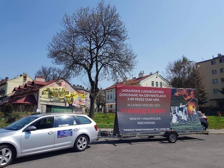 """Od wtorku auto z bilbordem Fundacji """"Wołyń Pamiętamy"""" jeździ po Przemyślu. Zdjęcia zamieszczone za zgodą fundacji."""