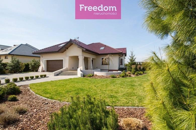 <strong>8. Dom w cenie 890 tys. zł<br />  2 966,67 zł/m2 </strong><br /> Powierzchnia w m2: 300<br /> Powierzchnia działki w m2: 1200<br /> <br /> Dom dla rodziny w przepięknej, spokojnej okolicy.<br /> <br /> Wyjątkowy parterowy dom z poddaszem użytkowym, położony w spokojnej okolicy, tuż pod...