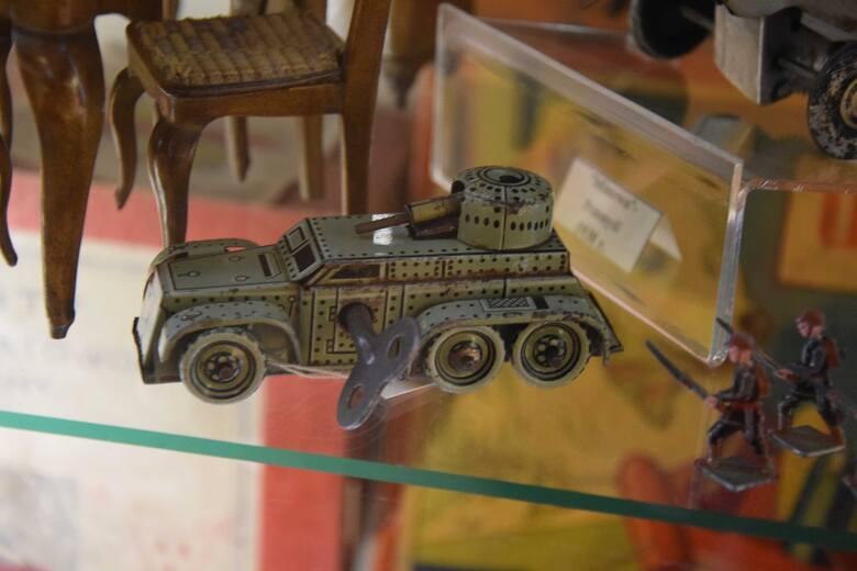 Zabawki z przedwojennej Fabrykę Wyrobów Metalowych Minerwa w Przemyślu. Nz. czołg (samochód opancerzony).