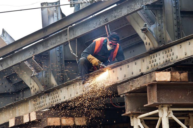 Raport Pracuj.pl: W jakich branżach najłatwiej o pracęW przemyśle ciężkim zanotowano wzrost liczby ofert pracy