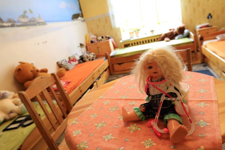 """Od decyzji o wyłączeniu jawności rozpoczął się proces Małgorzaty B., która spowodowała, że dane jednej z podopiecznych """"Młodego Lasu"""" w Toruniu poznał"""