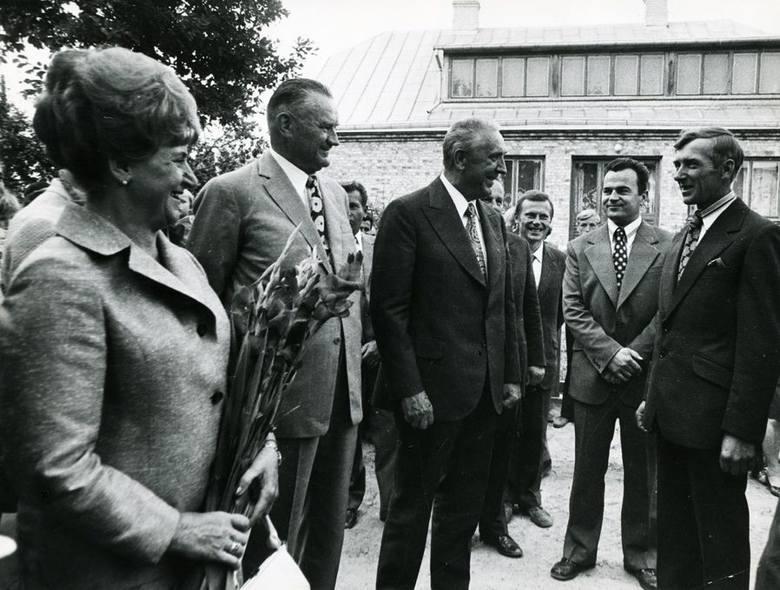 I sekretarz KC PZPR, Edward Gierek i premier, Piotr Jaroszewicz, podczas wizyty u starosty dożynek Jana Jabłonowskiego we wsi Jabłonowo Wypychy.