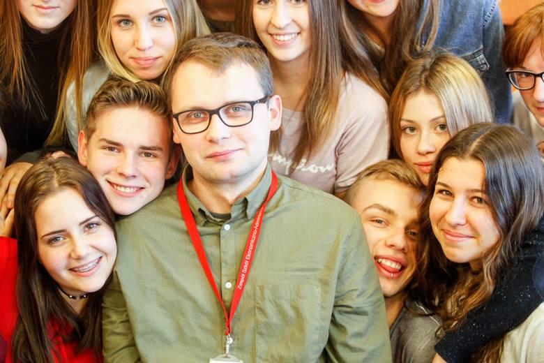 """Damian Meller (ZS Ekonomiczno-Administracyjnych Bydgoszcz) - zdobył 2308 głosów i zwyciężył w kategorii """"Nauczyciel, szkoły ponadgimnazjalne""""."""