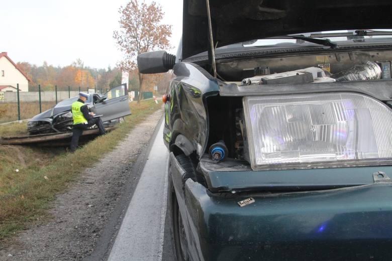 Kraksa nieoznakowanego radiowozu na drodze w Brzezinach