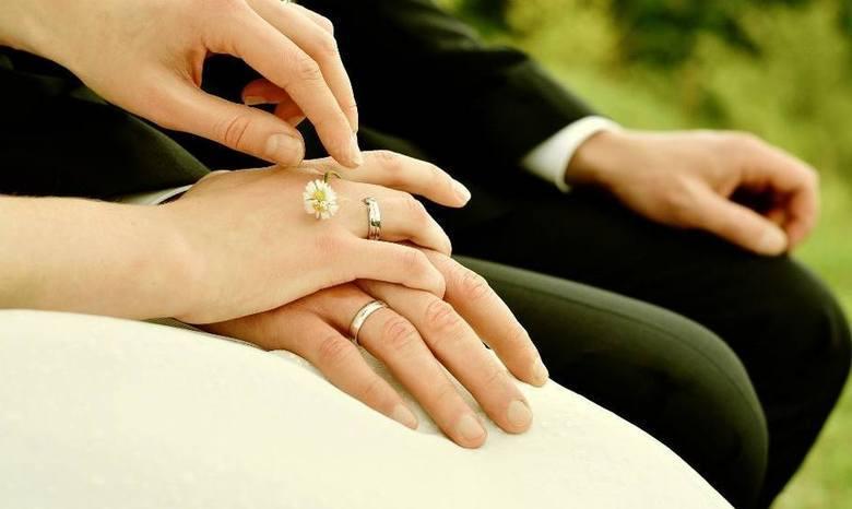 Kiedy wrócą wesela i śluby? Rząd ustala szczegółyDo tej pory ceremonie ślubne mogły się odbywać, ale przy ograniczonej liczbie osób. Ze względu na to,