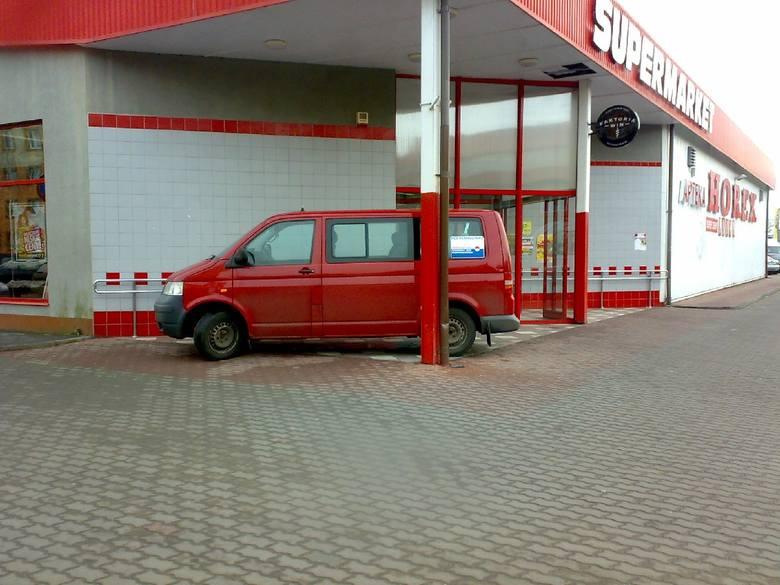 (jac)Nasz Czytelnik przyłapał tych autodrani przy supermarkecie Horex w Krośnie Odrzańskim. - Kierowcy, mimo wolnych miejsc na parkingu, najchętniej