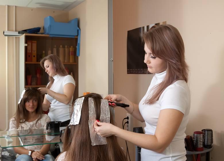 Do problemów z włosami najczęściej przyczyniają się częste zabiegi fryzjerskie z wykorzystaniem silnie działających związków chemicznych, które upośledzają