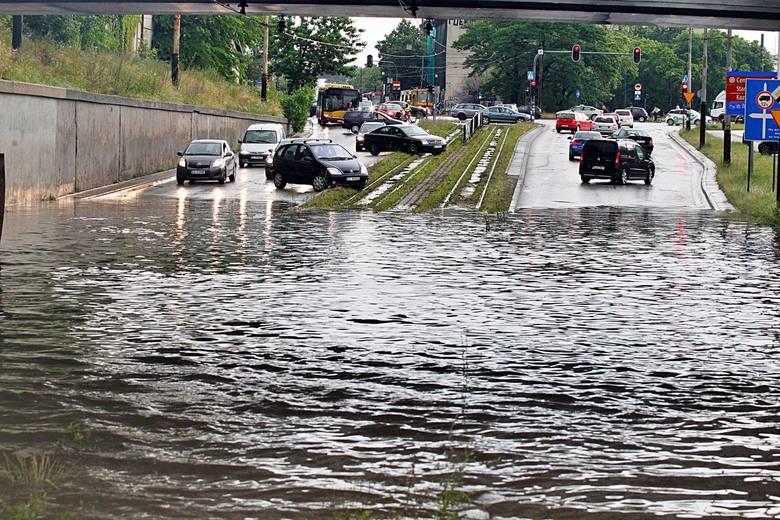 W przypadku wystąpienia silnych opadów deszczu unikajmy przemieszczanie się samochodem. Najlepszym rozwiązaniem jest pozostanie w domach.