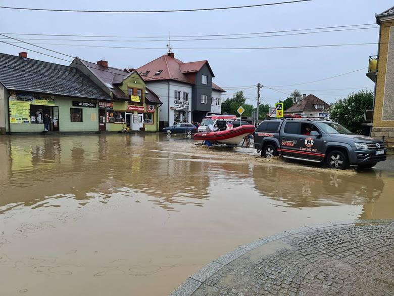 Łapanów pod wodą. Ratownicy WOPR z Nowego Targu ruszyli na pomoc [ZDJĘCIA]
