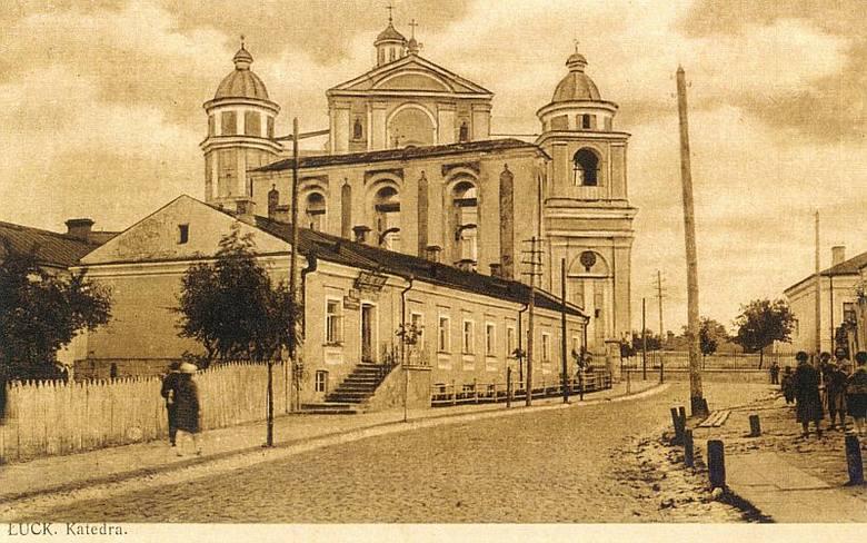 Zamek Lubarta w Łucku. Na pierwszym planie dom prababci EmiliiMartyńskiej, w którym mieszkała rodzina Marcinkowskich.