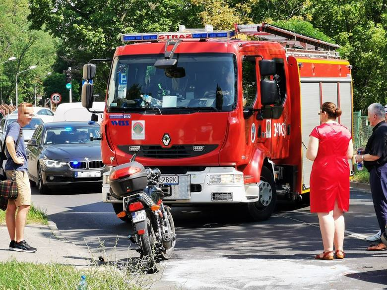 Wypadek przy ul. św. Józefa w Toruniu. Doszło do zderzenia motorowerzysty z samochodem osobowym. Na miejscu pracują służby ratunkowe. Są utrudnienia