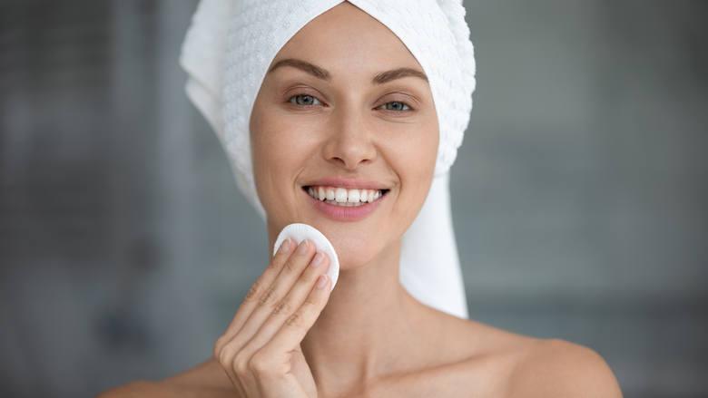 Woda ryżowa to skuteczny i tani sposób na pielęgnację włosów i skóry. Sprawdzi się także przy wielu dolegliwościach zdrowotnych!