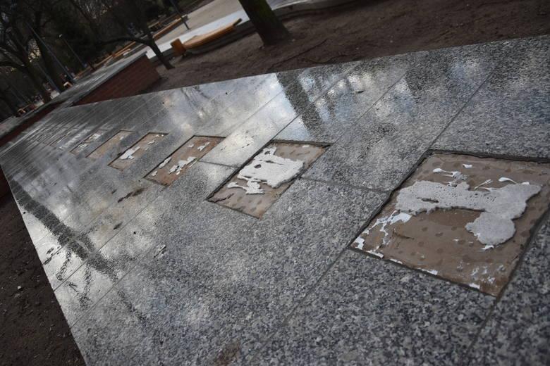 Przy ul. Strzeleckiej z nowego murku przy ścieżce rowerowej wzdłuż Kłodawki zniknęło kilkadziesiąt miedzianych płytek. Jak mówią nam pobliscy mieszkańcy,
