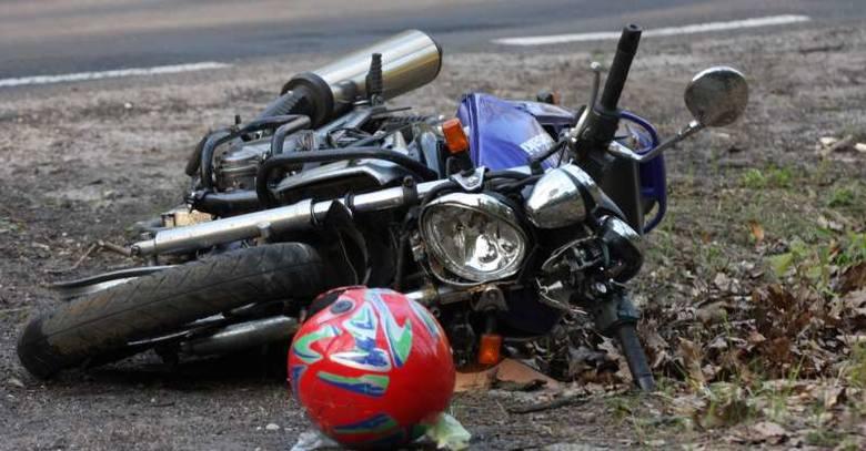 Tragiczny wypadek na trasie Turawa-Rzędów. Motocykl na drzewie. Jedna osoba nie żyje