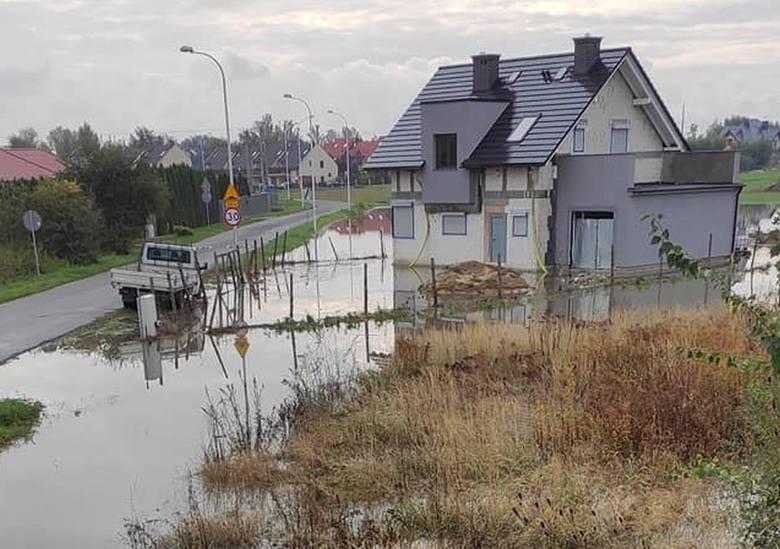 Dwie fale przechodzą przez Wrocław. Pod miastem przesiąkają wały