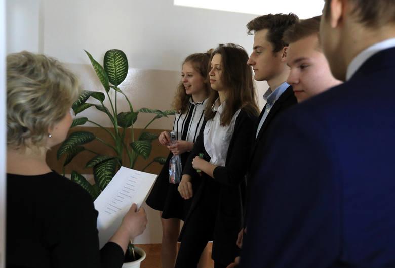Czwartek, 19 kwietnia, to drugi dzień egzaminu gimnazjalnego 2018. Gimnazjaliści zdają dziś część przyrodniczo-matematyczną egzaminu.Historia, WOS i