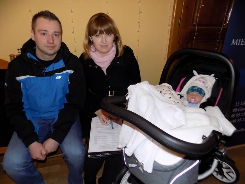 Aneta i Stanisław Maronowie, córeczką  Amelką odebrali klucze do swojego nowego mieszkania.