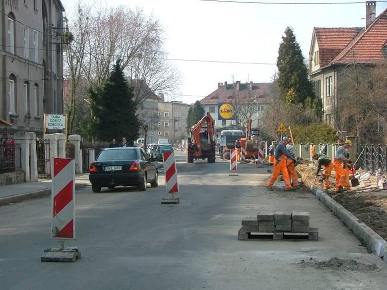 Od kilku dni ekipy remontowe pracują na ul. Waryńskiego w Kluczborku. Ulica zyska  nową nawierzchnię i nowe chodniki.