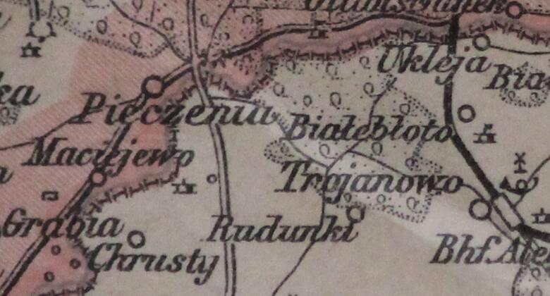 Jest tu m.in. zaznaczona wieś Pieczenia, o której była mowa na Kongresie Wiedeńskim. W czasach zaborów istniało tu ważne przejście graniczne, które znajdowało się na Trakcie Warszawskim - jednej z najstarszych i najważniejszych dróg w regionie. Poza tym w Pieczeni, która jeszcze przed wojną miała...