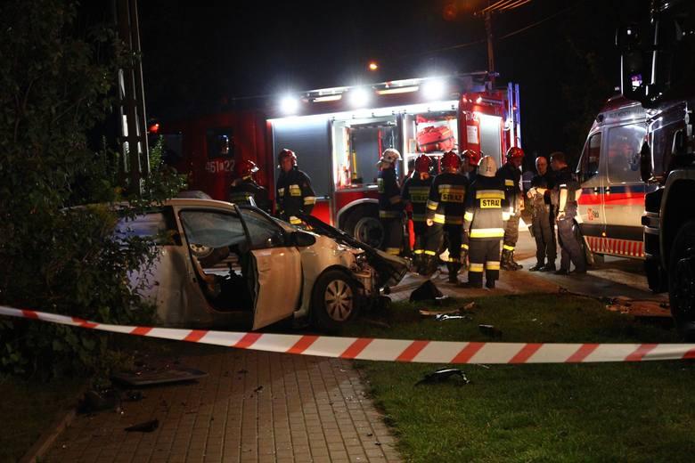 Do groźnego wypadku doszło w poniedziałkowy wieczór na ul. Armii Krajowej przy Zachodniej w Koluszkach. Około godz. 23 nieoznakowany radiowóz policji