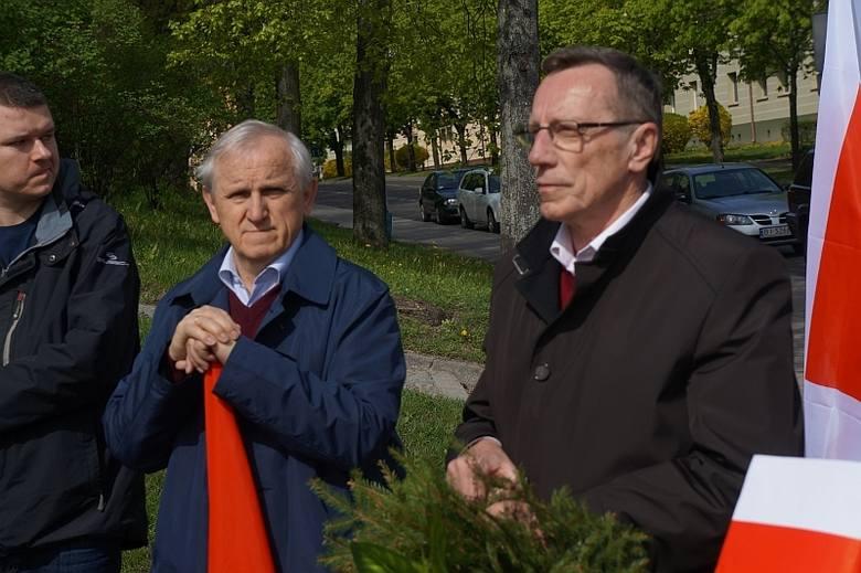 Przed pomnik przyszedł podlaski poseł SLD - Eugeniusz Czykwin (po środku) i Jerzy Półjanowicz, były wicewojewoda podlaski.