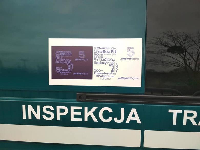 Naklejki z obietnicami PiS na samochodach Inspekcji Transportu Drogowego
