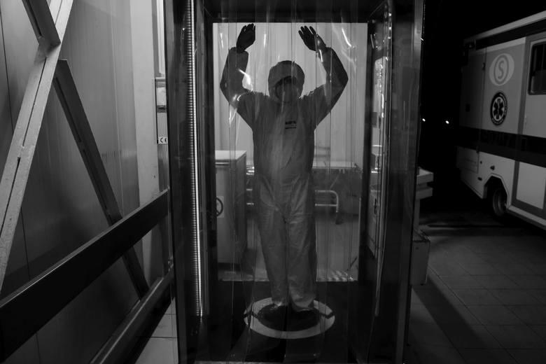 Tak wygląda walka z epidemią koronawirusa z perspektywy członka personelu medycznego jednoimiennego szpitala zakaźnego w Poznaniu. Przemysław Błaszkiewicz