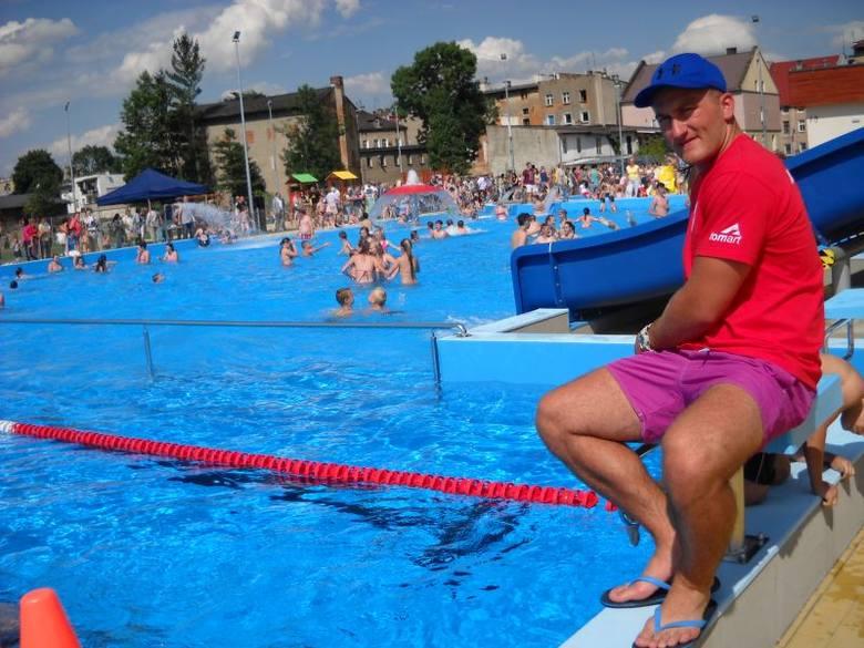 """Dziś zostało otwarte nowe kąpielisko """"Nad Białką"""" w Głuchołazach. Nowoczesny obiekt ma część pływacką o długości 25 metrów oraz rozbudowaną"""
