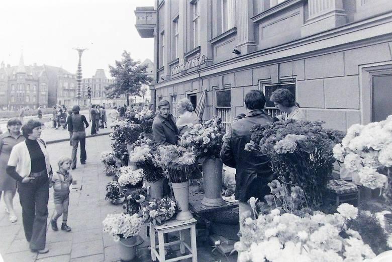 Narożnik słupskich kwiaciarek  na al. Wojska Polskiego w 1977 roku