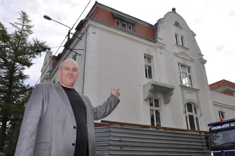 Hotel bęzie się mieścił w budynku po byłym przedszkolu nr 2 na ul. Waryńskiego w Kluczborsku. Inwestorem jest Paweł Spałka (na zdjęciu), biznesmen z