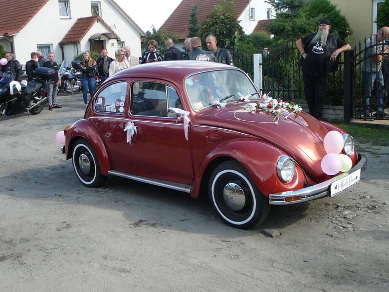 W sobotę, 14 sierpnia odbył się niezwykły ślub pana Kamila z Otynia i pani Alicji z Nowej Soli. Ponieważ pani Alicja należy do klubu motocyklowego, koleżanki
