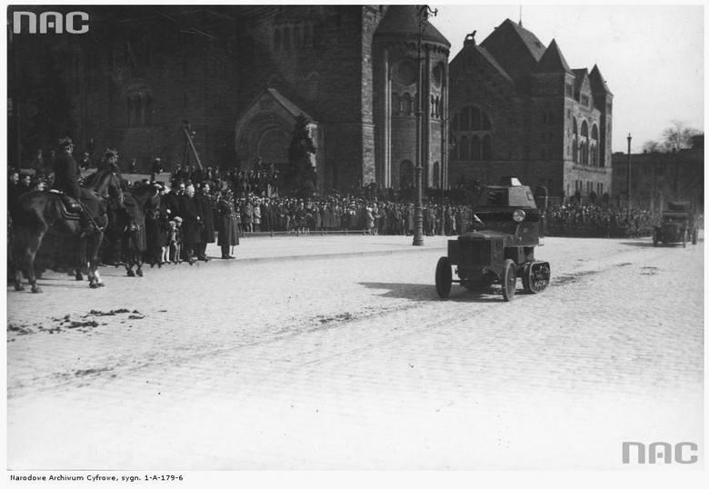 Uroczystości imieninowe Józefa Piłsudskiego. Defilada samochodów pancernych na placu przed Zamkiem - 1930 rok