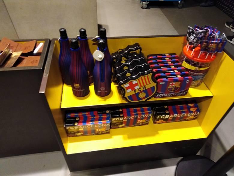 W oficjalnym sklepie FC Barcelony wybór gadżetów jest ogromny