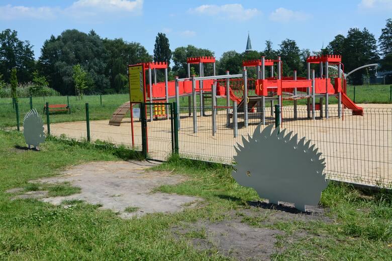 W Parku Sulecha stanęły dwa duże jeże... pomocne w rozstaniu ze smoczkami maluchów