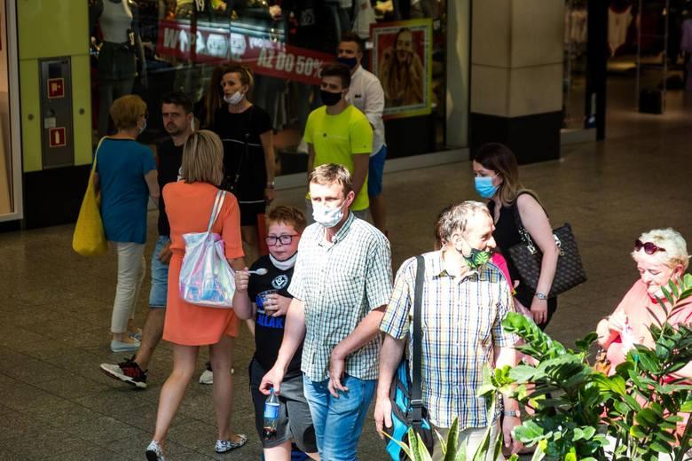 Co prawda rząd zawiesił część przepisów dotyczących zakazu pracy handlu w niedzielę. ale teraz sklepy w niedzielę funkcjonują i handlowcy pracują - tyle,