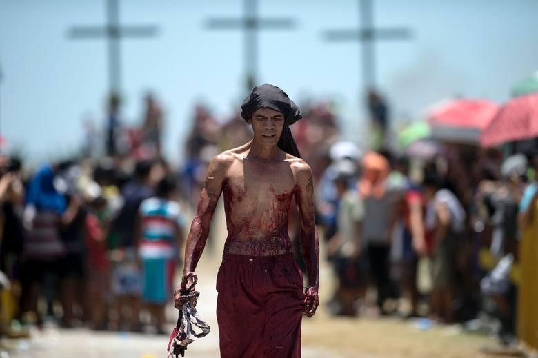 Wielki Piątek na Filipinach. Ochotnicy dali się ukrzyżować [ZDJĘCIA 18+]