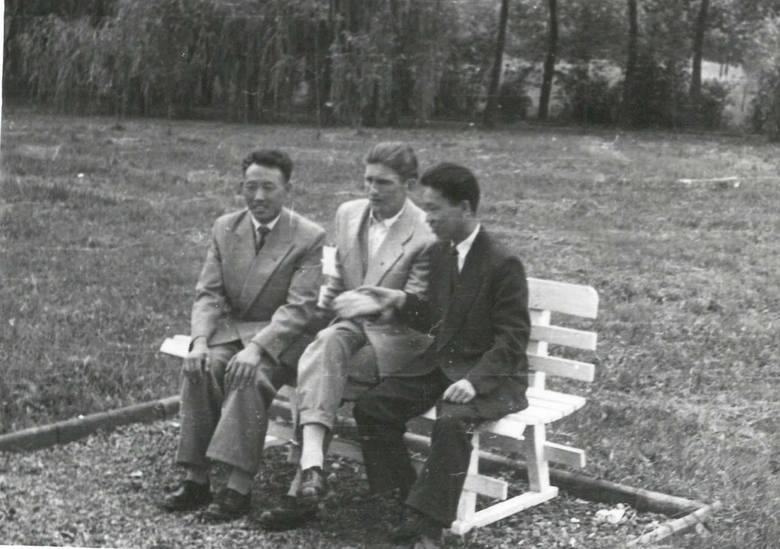 W parku, od lewej: Ri Jin Ben, Edward Szymański, Kim Wan Un