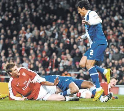 Arsenal - Porto. W tej sytuacji Nicklas Bendtner (z lewej) zdobył pierwszego gola. FOT. EPA/GERRY PENNY