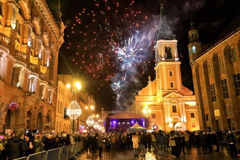 Miejska zabawa rozpocznie się na Rynku Staromiejskim podobnie jak przed rokiem o godz. 22.30. Potrwa do godz. 1 nocy. Organizatorem imprezy jest Toruńska