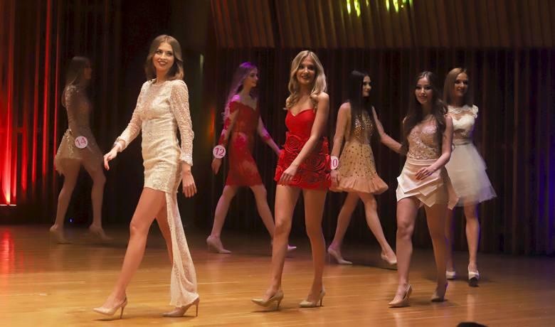 """Piętnaście finalistek konkursu """"Echa Dnia"""" Miss Ziemi Radomskiej wystąpiło przed publicznością w piątkowy wieczór podczas finału. W"""