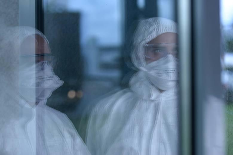 Dr Paweł Grzesiowski: Wszyscy, którzy spotkają się z koronawirusem, łapią go [wywiad]