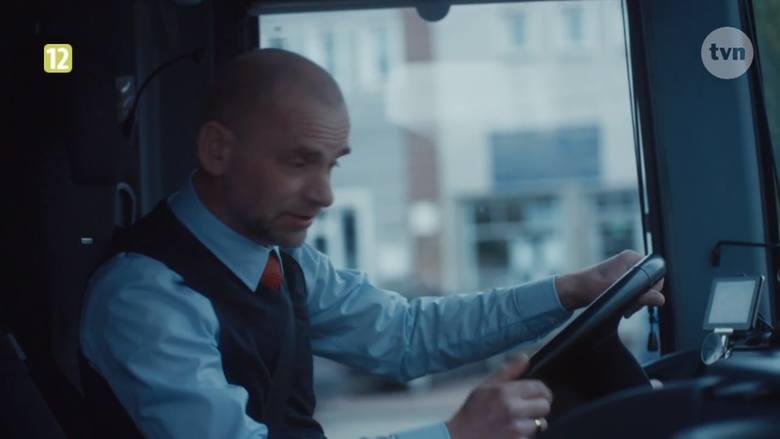 Kiedy główna bohaterka serialu zatrzymuje autobus, prosząc kierowcę o to, by pozwolił wsiąść jej oraz parze, która również dobiegła do pojazdu, kierowca