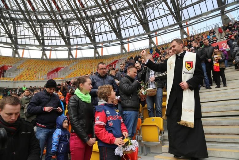 Stadion miejski. Kibice i sympatycy Jagiellonii święcili pokarmy (zdjęcia)
