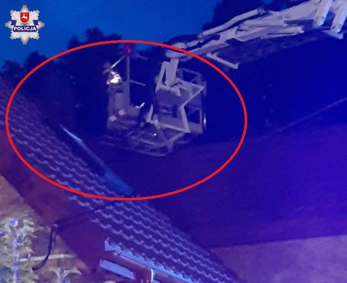 Akcja służb w gminie Horodło. Włamywacz ukrył się na dachu, za kominem. Był pobudzony, nie chciał zejść